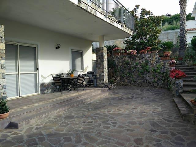 giardino con posto auto