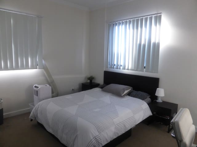 Large Room with Private Bathroom and AC - North Strathfield - Apartmen