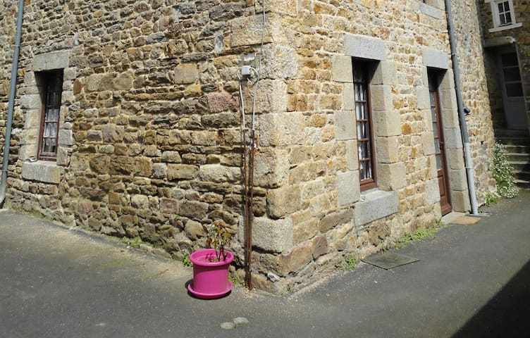Maison en pierre agréable - Guingamp - Hus