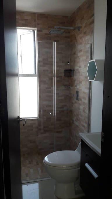 Baño de visitas o auxiliar con ducha