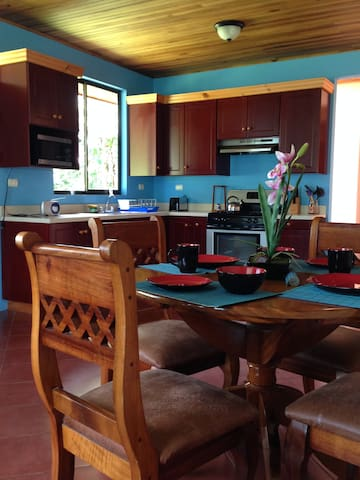 A Family-Friendly Tranquil Home - Monteverde