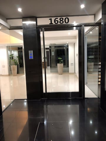 Puerta principal del edificio, cerca de la cerrudara hay un buzón el cual usamos para realizar el check out cuando se lo necesite.