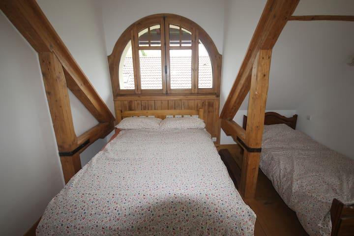La deuxième chambre avec lits double et simple / Second bedroom with double & single beds
