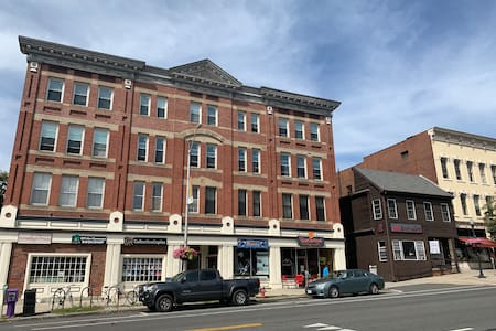 Downtown Amherst Apartment, walk to colleges