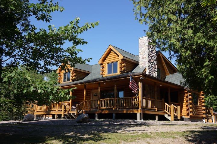 Burns Lake Cabin - Northwoods Lakeside Elegance!