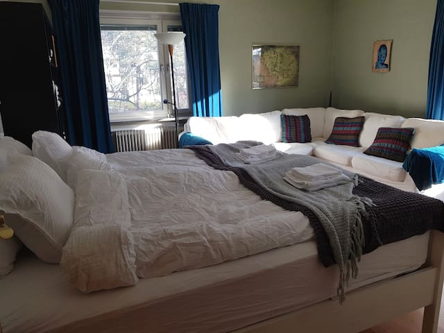 Room with balcony, 30 minutes to central Stockholm