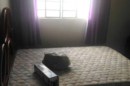 Quarto com cama de casal no CENTRO de Marilia - Marília