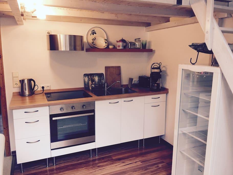 Kitchen // Küche mit Wasserkocher, Kaffeemaschine, Toaster und alles was dazu gehört