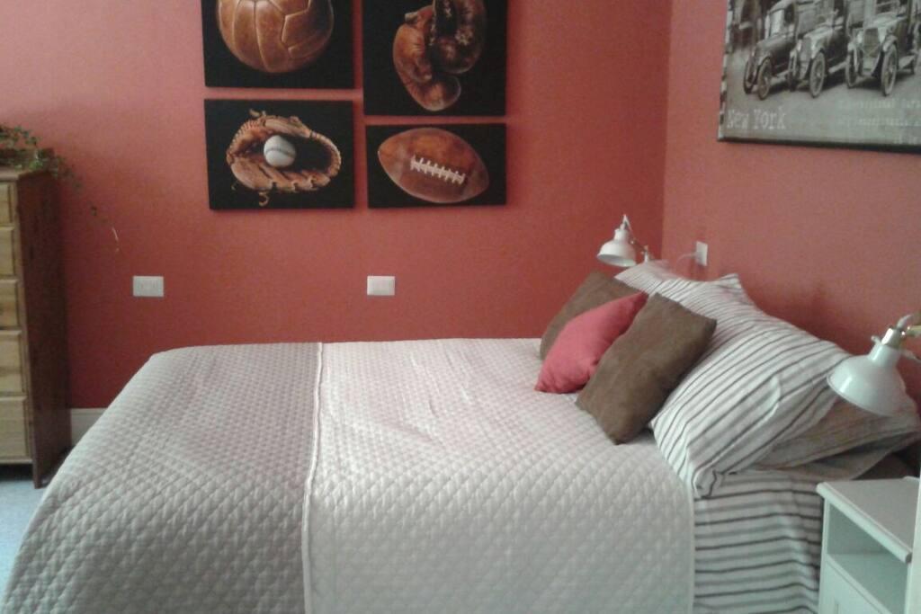 La camera da letto: vista dalla porta d'ingresso -  The bedroom: view from the door