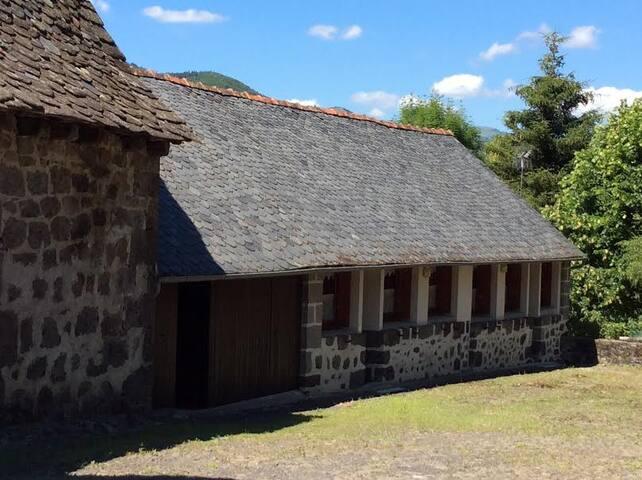 entre Vic et Polminhac gite La Fontaine - Vic-sur-Cère - House
