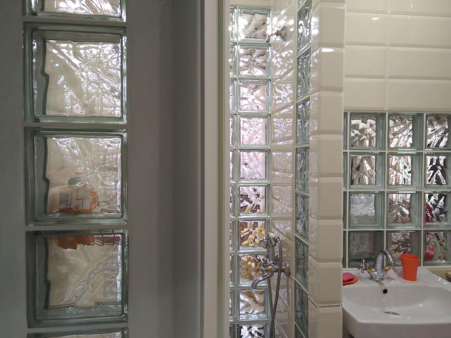 В душевой днём светло даже без электричества. Недавно по запросу гостей, мы добавили напротив раковины — большое овальное зеркало! Есть бойлер и стиральная машина, что очень практично.