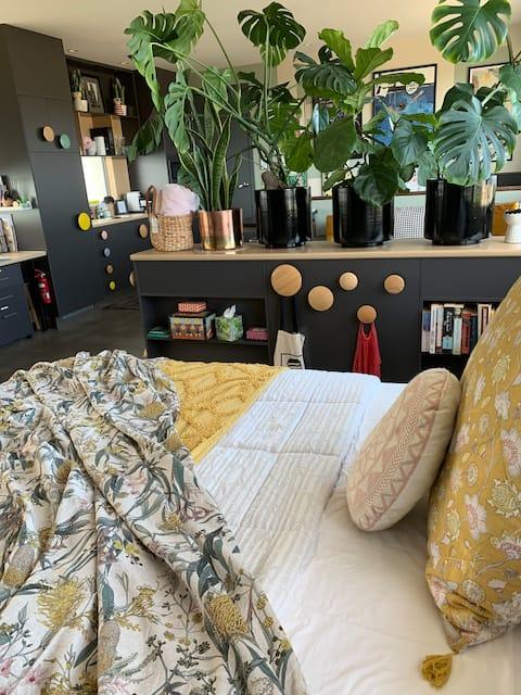 Lehké a vzdušné, umění a rostliny naplněné Studio Apartmán