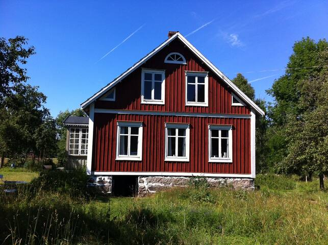 Ødegård på vild naturgrund, tæt på Mörrumsåen