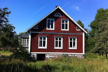 Ødegård på vild naturgrund, tæt på sø og å - Olofström Ö - Kisház