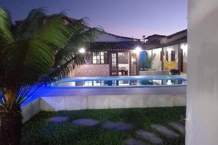 Linda casa com piscina,  bem pertinho da praia!