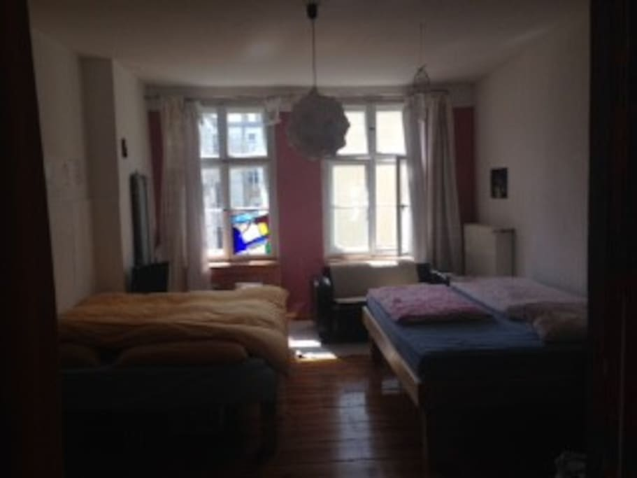 Schlafzimmer mit zwei Doppelbetten