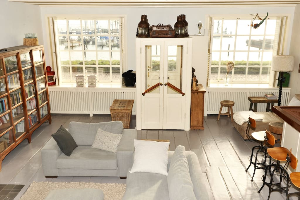 Lovely livingroom with GREAT view at front side and back side