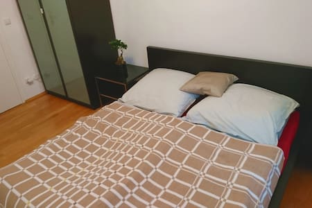 Queensize bed in center of Munich - München