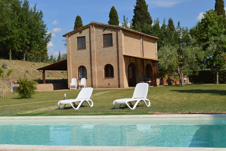 Panoramic views of the hills of Siena from home and private pool