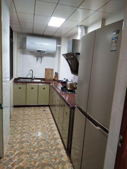 宽敞的厨房