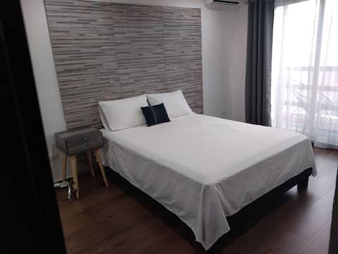 Habitación remodelada con balcón buena ubicación