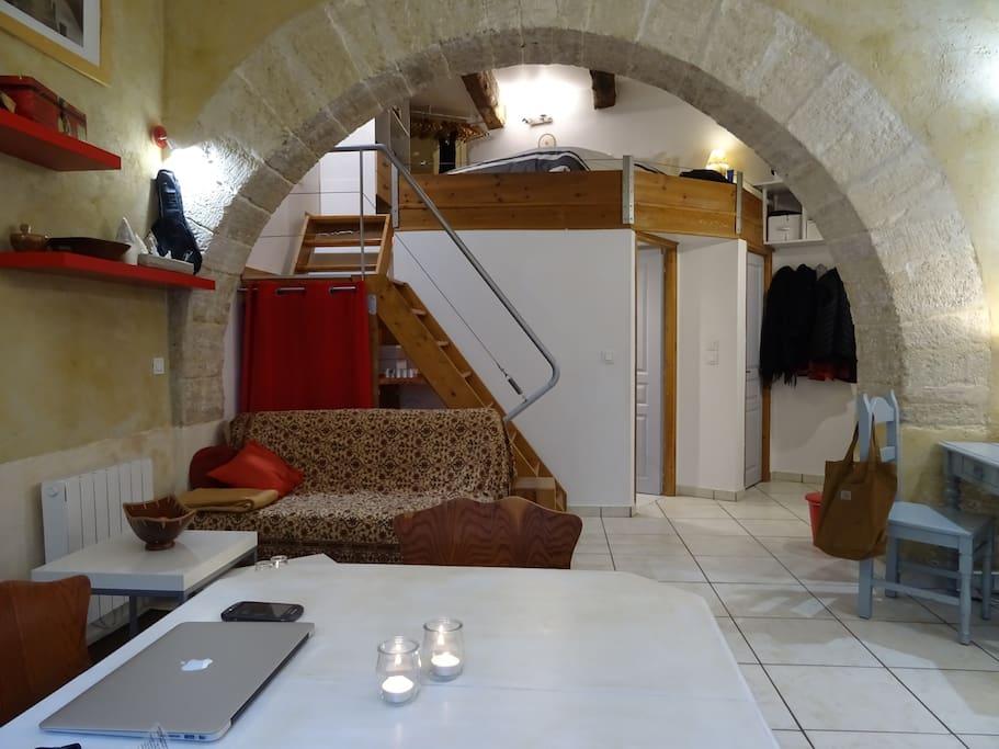 table de séjour - au fond : 1ère porte accès salle de bain, 2ème porte pour les toilettes