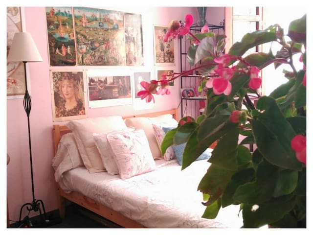DOUBLE ROOM IN HISTORIC CENTER BARCELONA..