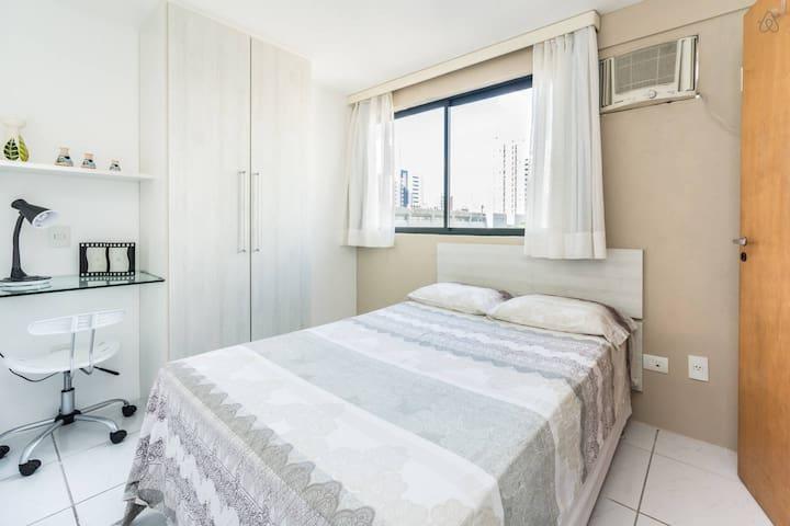 Flat com quarto separado da sala e possue ar condicionado splinter novo.