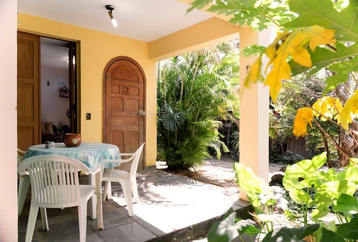 Casa com jardim,2 quartos e garagem - Belo Horizonte - Casa