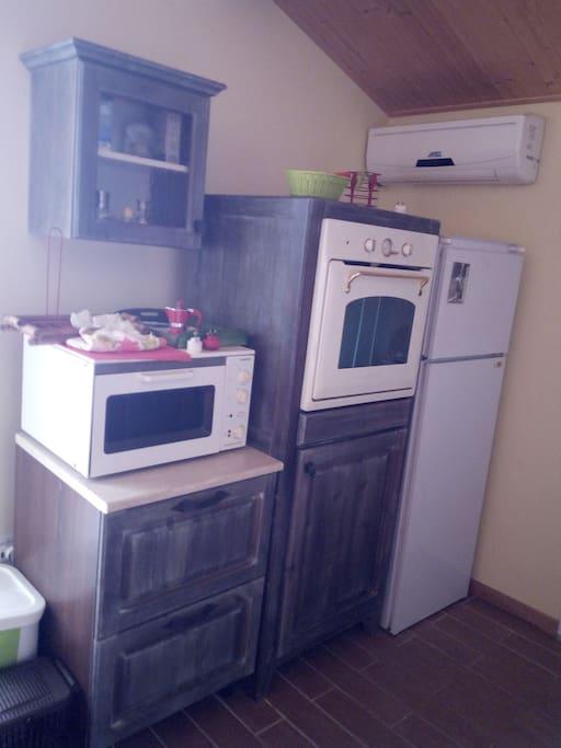 """L""""altra parte della cucina con condizionatore che rinfresca tutte le stanze"""