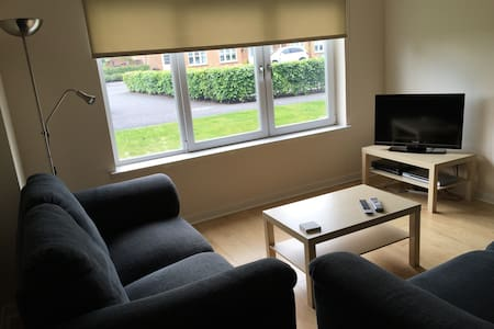 Bright, spacious riverside flat with parking - Glasgow - Lägenhet