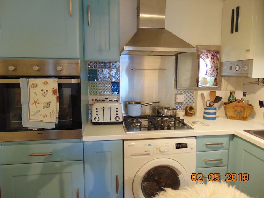 Fully equipped kitchen, Bosch, Zanussi appliances.