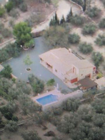Casa rural con piscina, chimenea y barbacoa.