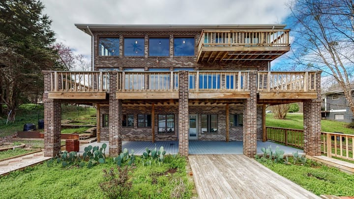 Amazing Lakefront Home!  Newly Renovated 5BD / 4BA