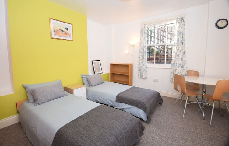 Bright twin/double/triple bedroom in Kensington B3