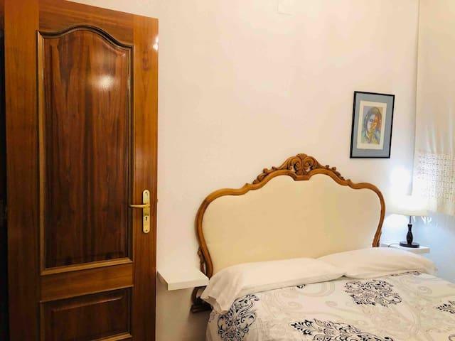 """Dormitorio """"Elena"""" con cabecero antiguo restaurado."""