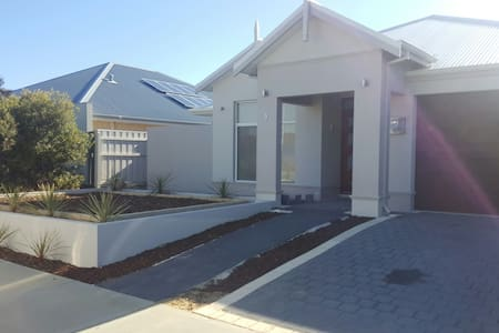 Luxurious Beach & Golf Retreat Holiday Home - Yanchep - Haus