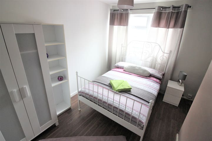(MID -A)PRIVATE ROOM FOR  2 PEOPLE NEAR RIVERSIDE - London - House