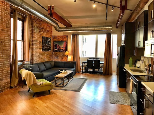 Stay Downtown Nashville AirBnB Walk Everywhere! by MusicCityLoft Dunn