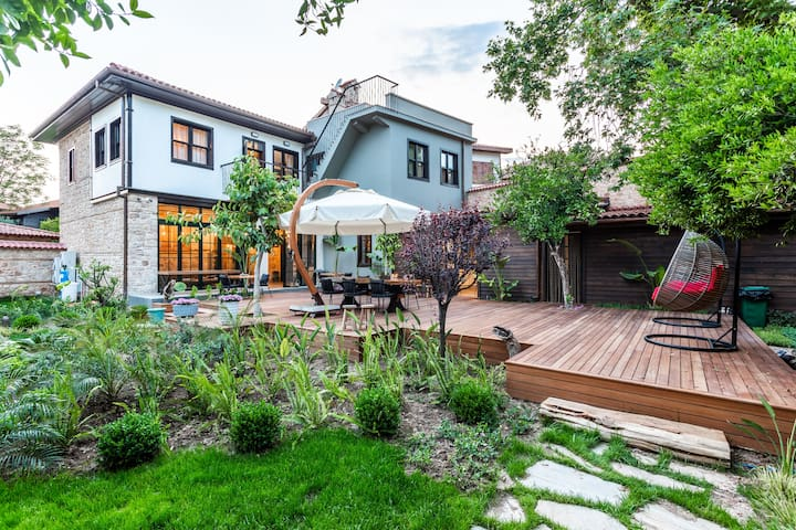 6 Room Stone House with private garden in OLD TOWN