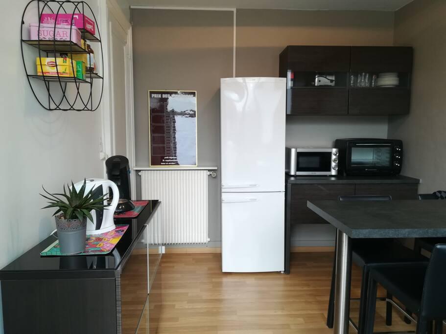Cuisine équipée d'un réfrigérateur, d'un four, d'un micro-ondes, d'une plaque à induction...