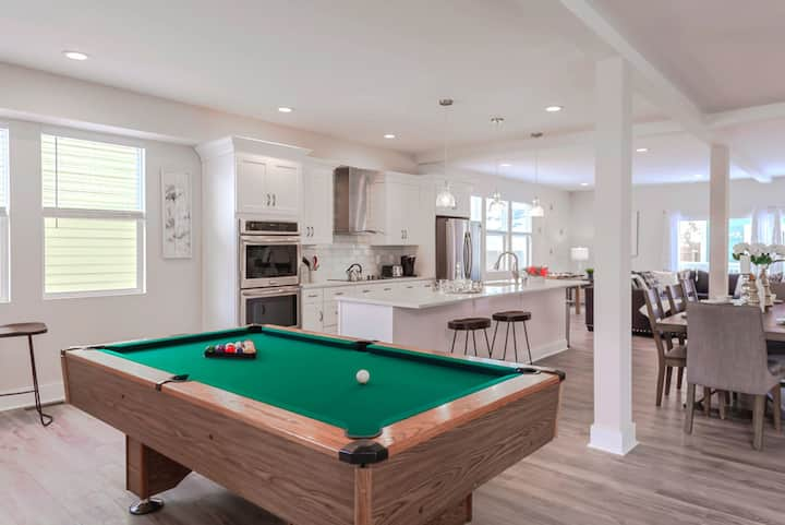 Designer Chic Indy 4 Bd w/ Pool Table!