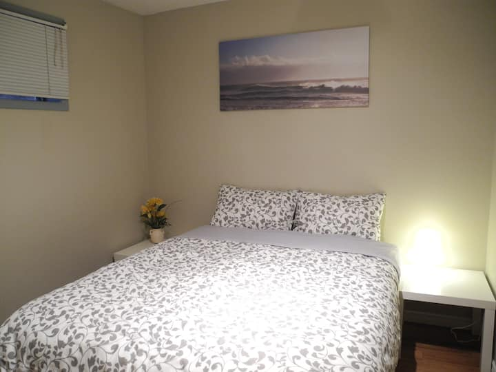 Inner City Room - queen bed, kitchen, washer, wifi
