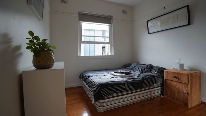 Cozy Double  Bedroom on Tamarama/Bronte