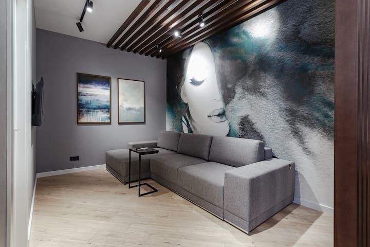 зона гостиной с релакс диваном и ТВ