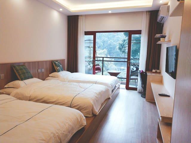 峨眉山博睿雅居201室 阳台三人间 Br-hotel 阳光森林观景房免费接送