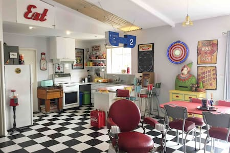 Funky Retro Style Pad near Peninsula Hot Springs