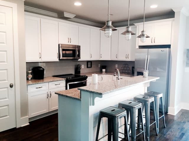 Beautiful fully stocked kitchen with island, stools, and new appliances!