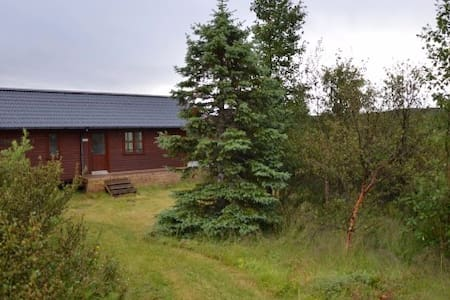Cosy wooden cabin with a lake/mountain view - Akranes - Casa de campo