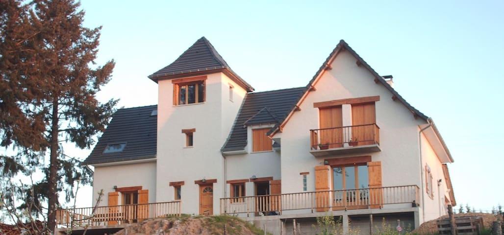 Lissac-sur-Couze : grande maison à la campagne